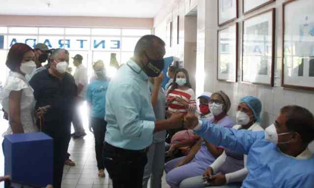 Alfredo Díaz, gobernador, Leynys Malavé de Díaz, primera dama, entregando insumos de Acnur en hospitales de la región.