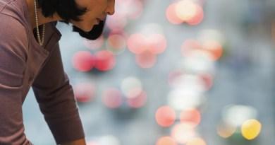 Mujer con Tableta en la Ciudad