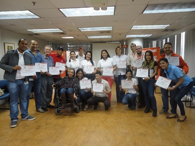 El equipo participante de la mañana exhibe orgulloso su certificado en LSV