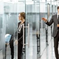 BRÜKEN ASSA ABLOY lanza sistemas corre-plegadizos para puertas de cristal