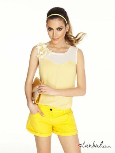 çiçek-detaylı-puantiyeli-bluz-ve-sarı-şort-kombin