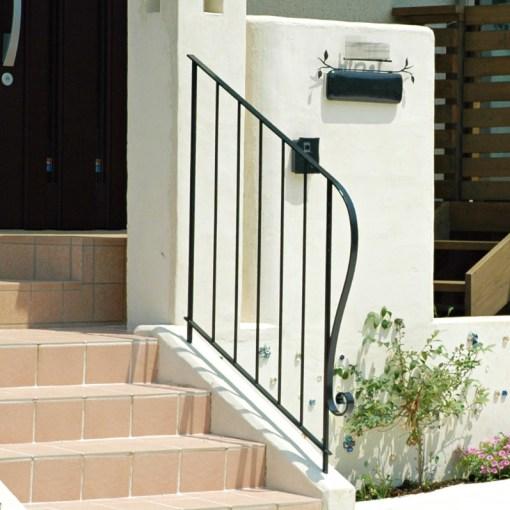 町田市の玄関アプローチ階段のロートアイアン手摺り 外構 ガーデンEモール