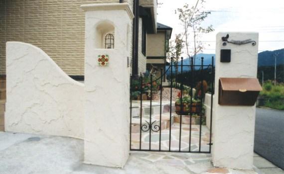 厚木市の南欧風のロートアイアン門扉 外構 ガーデンEモール