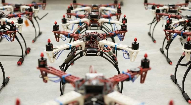 te acostumbres a un mundo de robots. Tanto EE UU como España aprobarán este año que estas máquinas puedan sobrevolar el último obstáculo antes de la revoludrón: las ciudades. En vez de pájaros, drones.