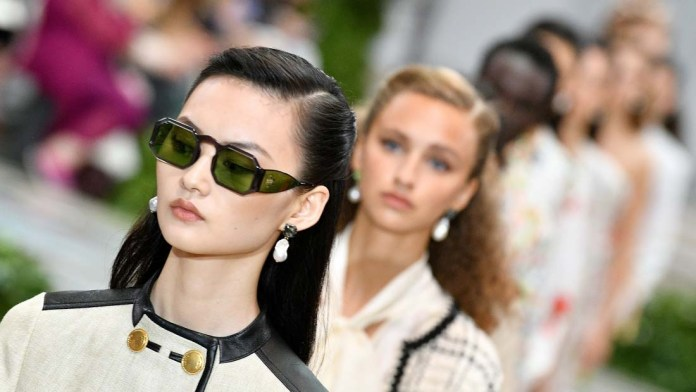 Get the NYFW Look! Tory Burch's The '40s-Meets-'80s Hairstyles by Guido