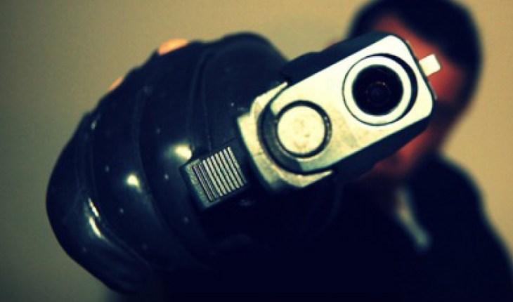 Gangsta disparando arma