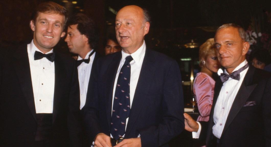 Donald Trump, o prefeito Ed Koch, e Roy Cohn assistir à abertura Trump Tower em Outubro de 1983