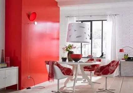 Sala de mese de culoare roșie