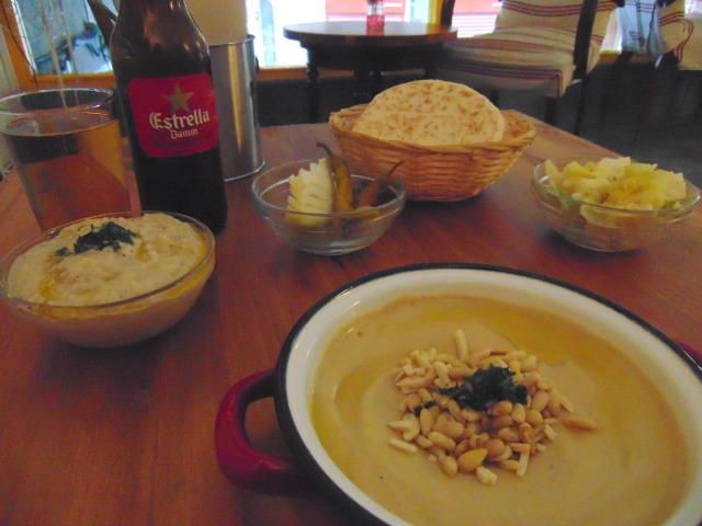 Hummus com pinhões