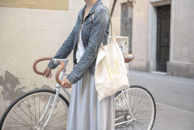 Bolsa de tela pintada a mano chica en bici