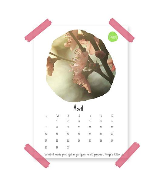 Imagen del calendario de abril de 2014 de Esturirafi. Calendario con fotografía de unas flores rosas colocado sobre un fondo blanco y pegado con washi tape rosa