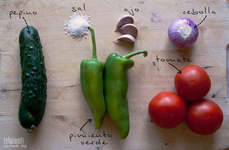 Ingredientes para hacer el gazpacho - peipino, tomate, ajo, cebolla, sal y aceite