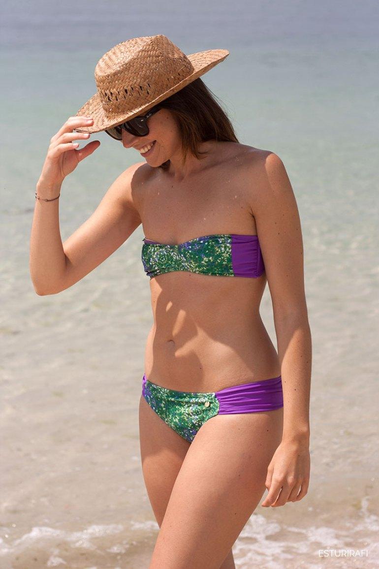 Nadadora swimwear. Moda de baño sostenible. Chica en bikini verde y morado, mar, sombrero, playa