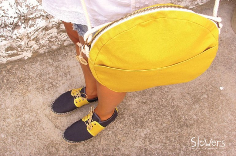alapargatas azules y amarillas slowers, bolso amarillo, moda sostenible