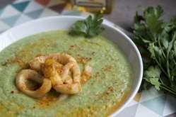 Anneaux d'encornets au piment doux et soupe froide de