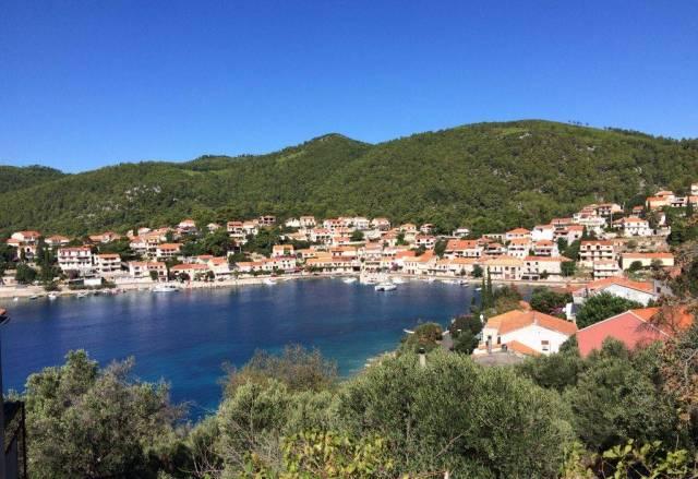 Blick auf Brna beim Wandern in Kroatien