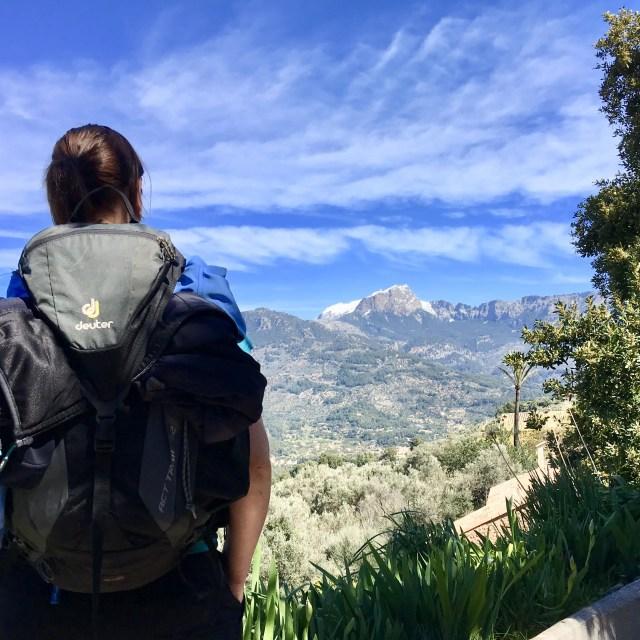 Wanderer blickt auf höchten Berg auf Mallorca