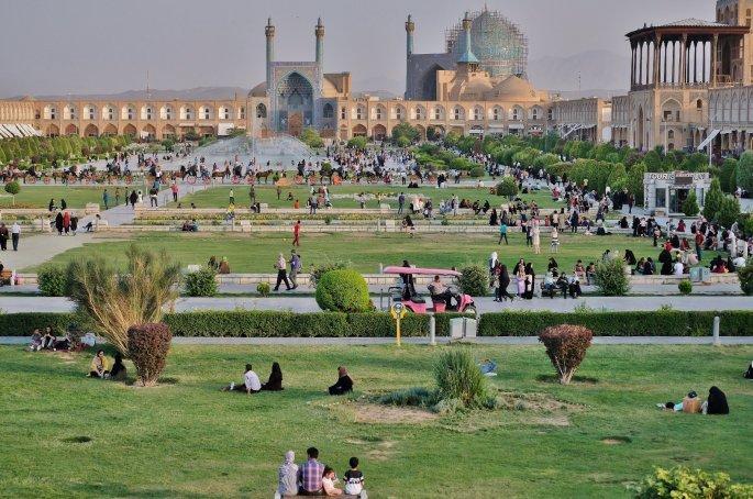 9._esfahan-i_plateia_toy_imami_i_deyteri_megalyteri_plateia_ston_kosmo_meta_tin_tien_an_men_toy_pekinoy.jpg