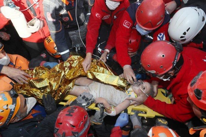 Νέο θαύμα στα συντρίμμια της Σμύρνης: Η 4χρονη Αΐντα βγαίνει ζωντανή 91 ώρες μετά