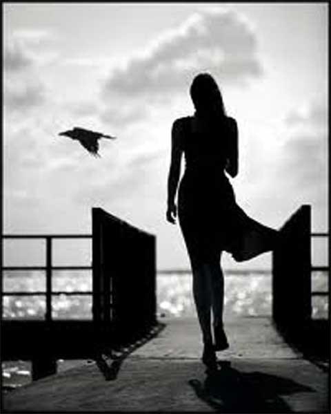 donna cammina sul molo
