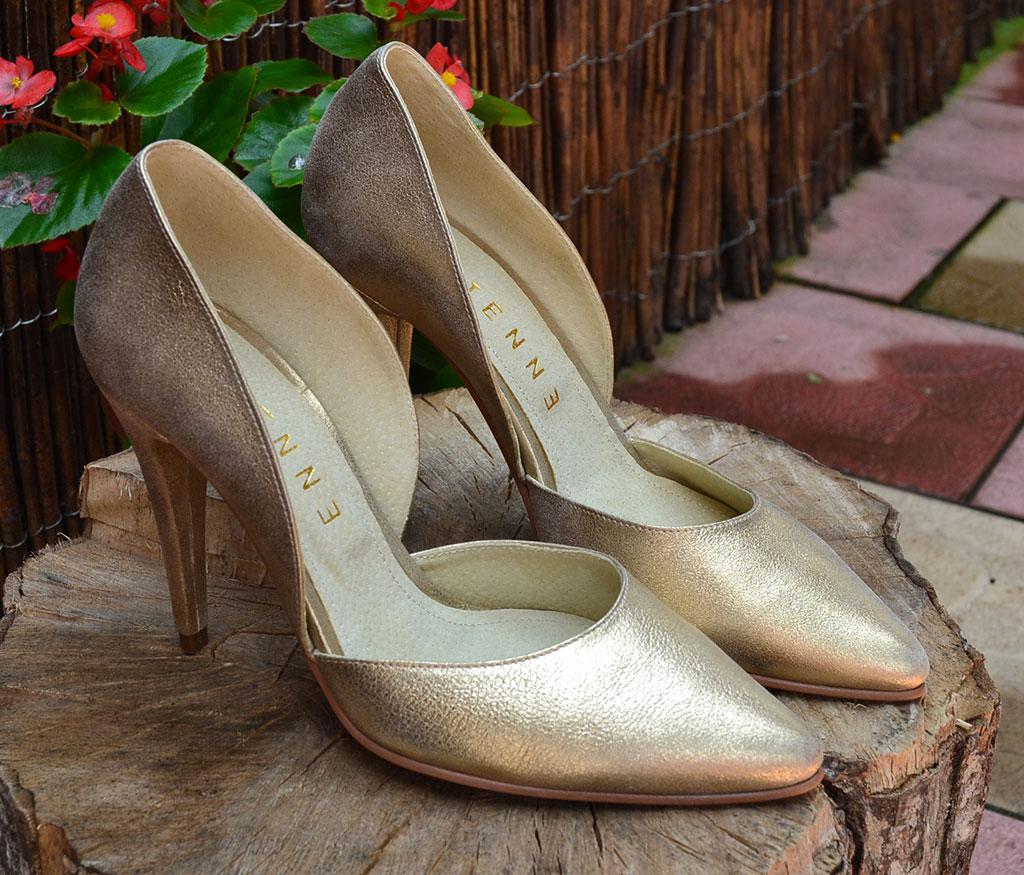 pantofi stiletto decupati aurii