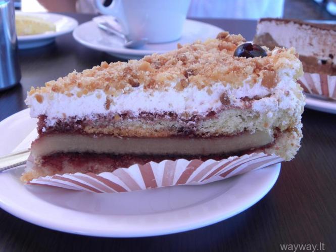 """Kavinė """"Fontanella"""" Pyragas """"Cherry and almond cake"""" (Maraschino vyšnių ir marcipaninis įdaras su biskvitu)"""