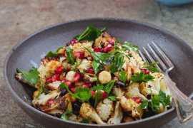 Blomkålsalat med hasselnøtter og granateple - oppskrift fra Et kjøkken i Istanbul