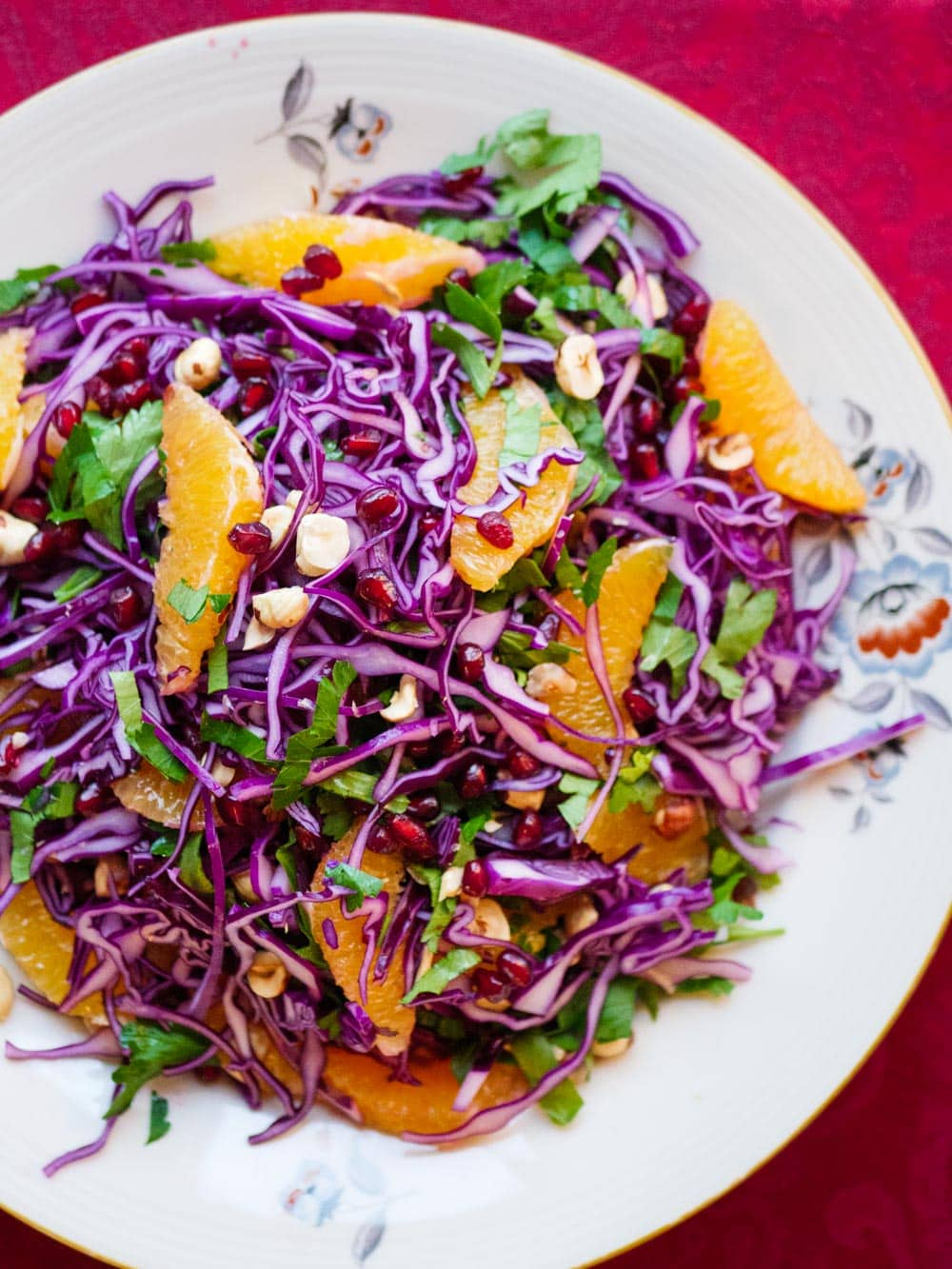 Rødkålsalat med appelsin, hasselnøtter og granateple - oppskrift / Et kjøkken i Istanbul