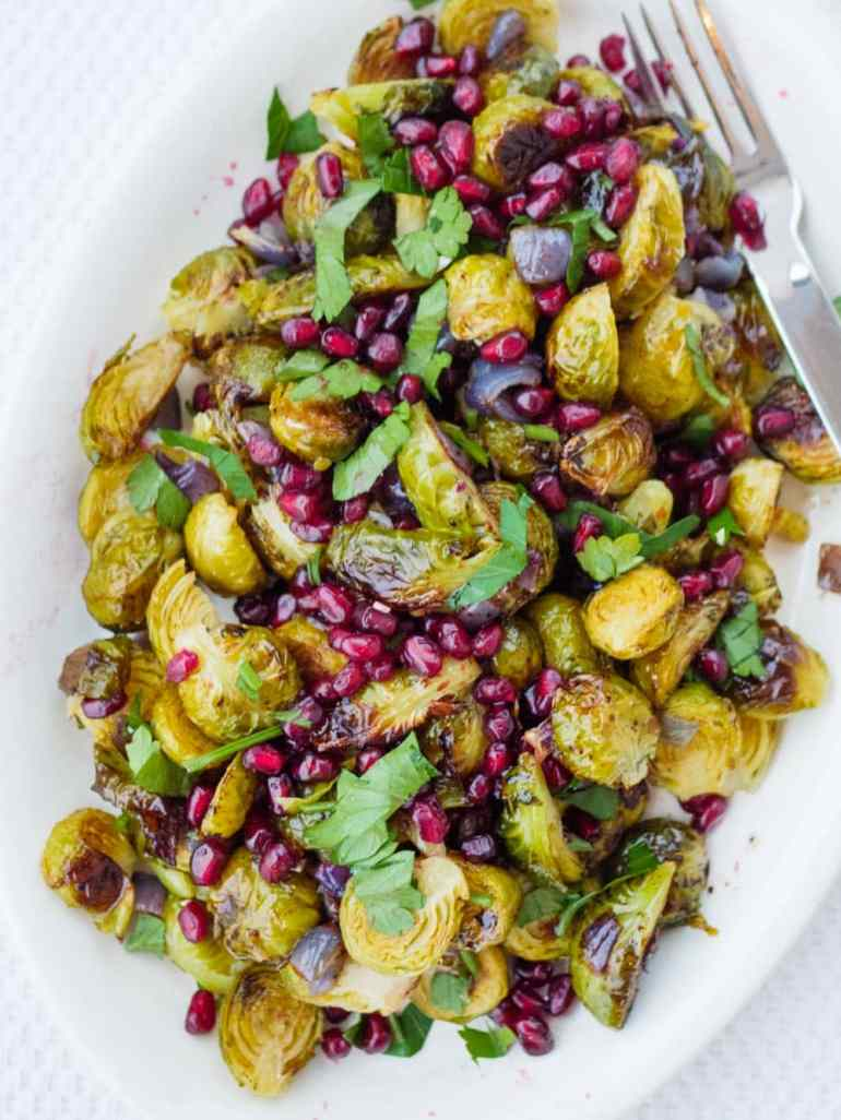 Rosenkålsalat med granateple - oppskrift / Et kjøkken i Istanbul