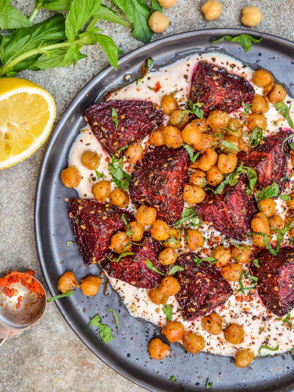 Rødbeter og kikerter med krydder og harissayoghurt / Et kjøkken i Istanbul
