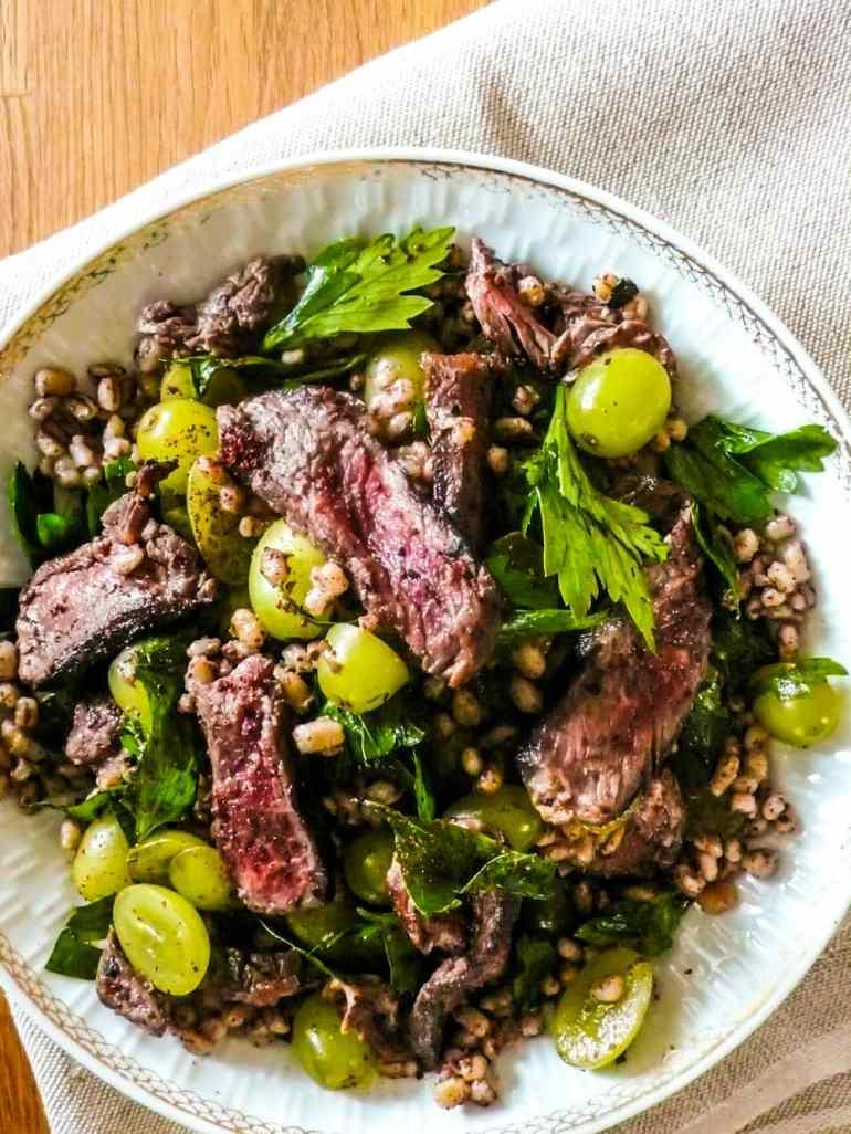 Biffsalat med bygg og druer - oppskrift / Et kjøkken i Istanbul