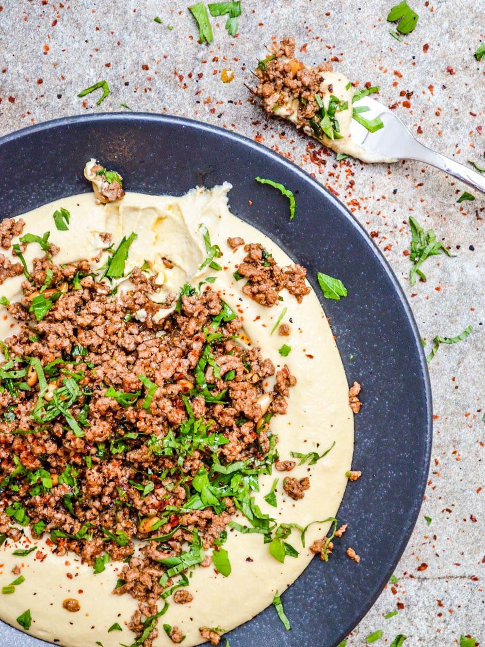 Hummus med baharatkrydret kjøttdeig - oppskrift / Et kjøkken i Istanbul
