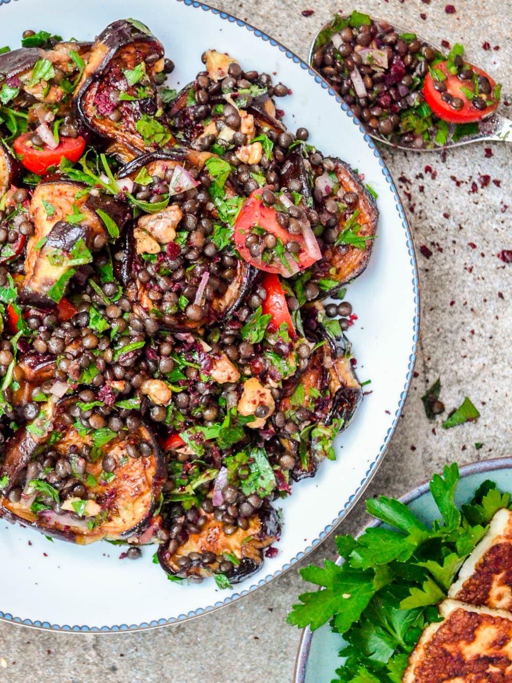Linsesalat med aubergine og urter - oppskrift / Et kjøkken i Istanbul