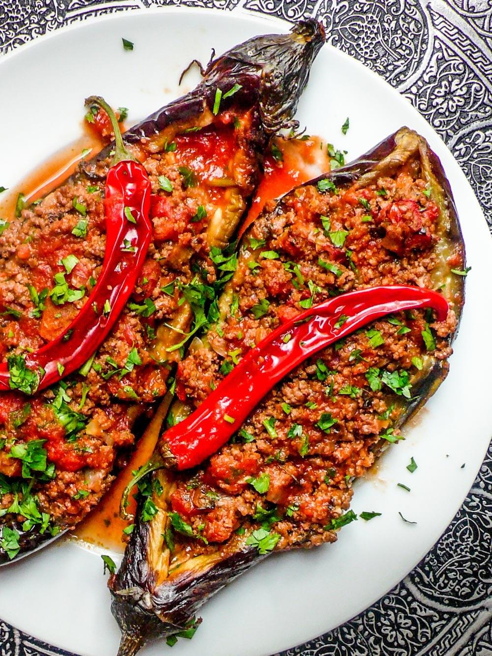 Karniyarik (Tyrkisk fylt aubergine med kjøttsaus) - oppskrift / Et kjøkken i Istanbul