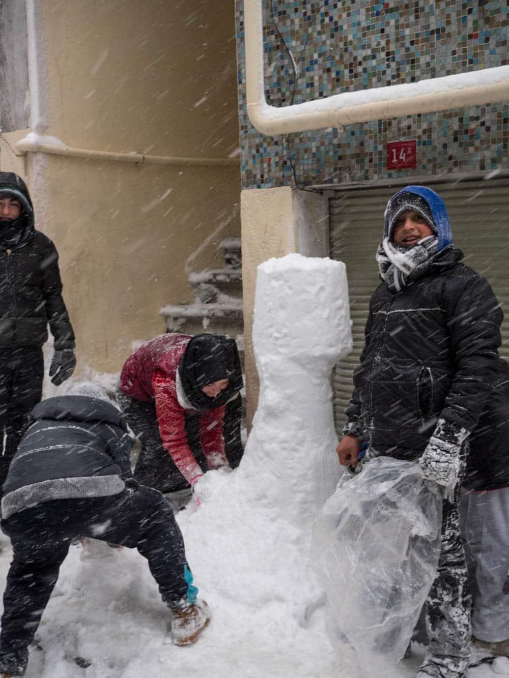 Barn lager snøfigur i gatene i Balat, Istanbul januar 2017 / Et kjøkken i Istanbul (foto: Vidar Bergum)
