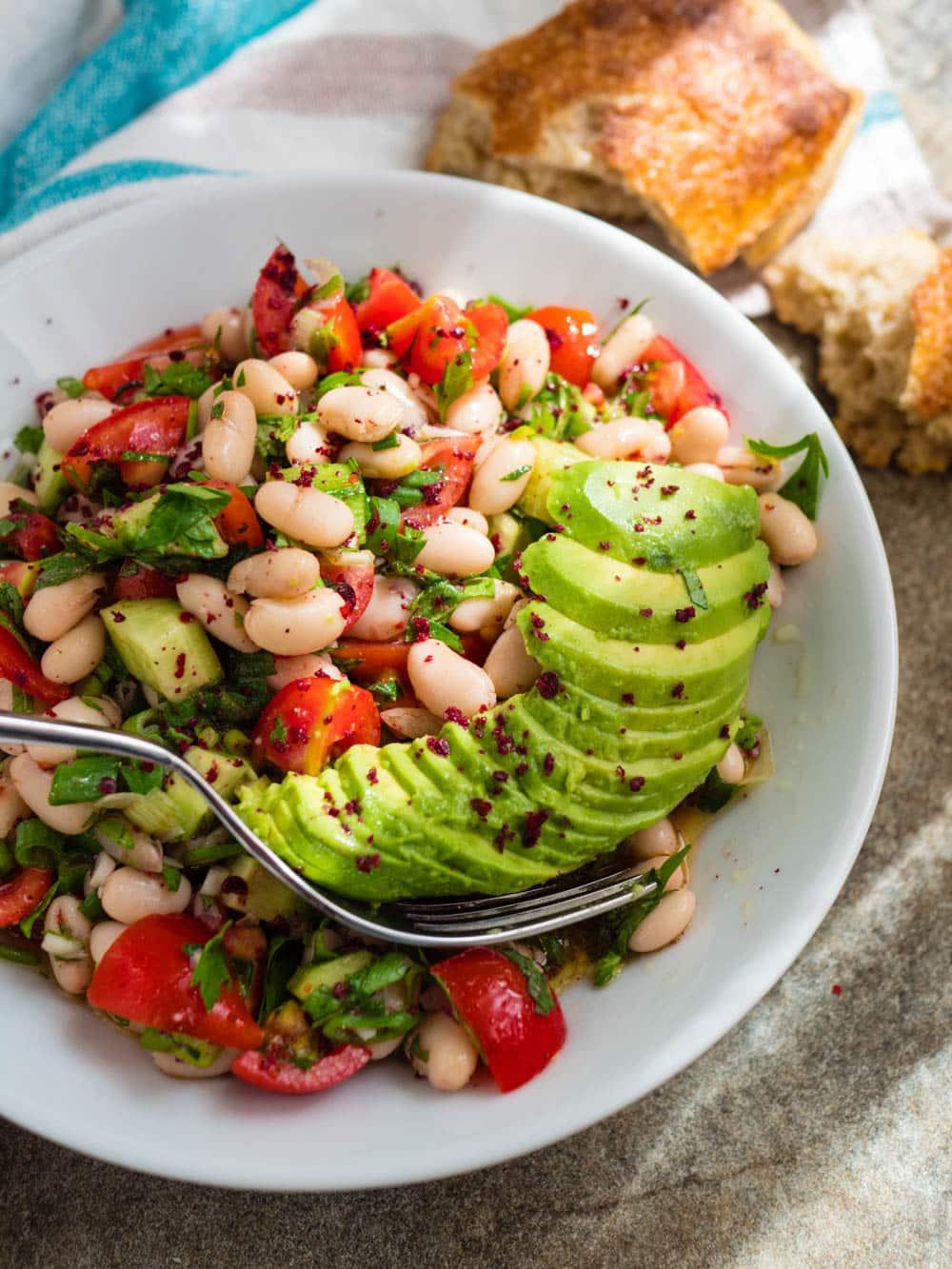 Salat med hvite bønner, tomat og avokado - oppskrift / Et kjøkken i Istanbul
