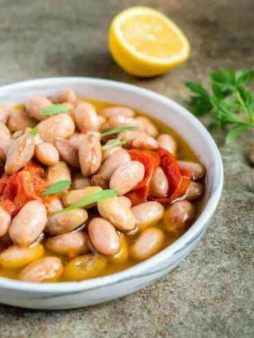 Borlottibønner med salvie, hvitløk, olivenolje og tomat