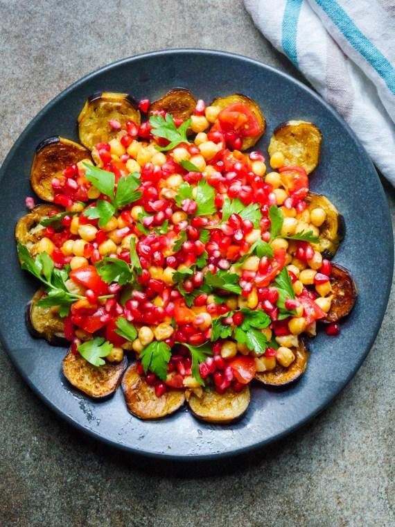 Salat med sprø kikerter, aubergine og granateple - oppskrift / Et kjøkken i Istanbul