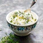 Fetaostdipp med oregano fra boka «Hummus & granateple» av Vidar Bergum. Foto: Bahar Kitapcı