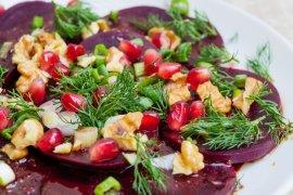 Rødbetesalat med valnøtter og granateple - oppskrift / Et kjøkken i Istanbul