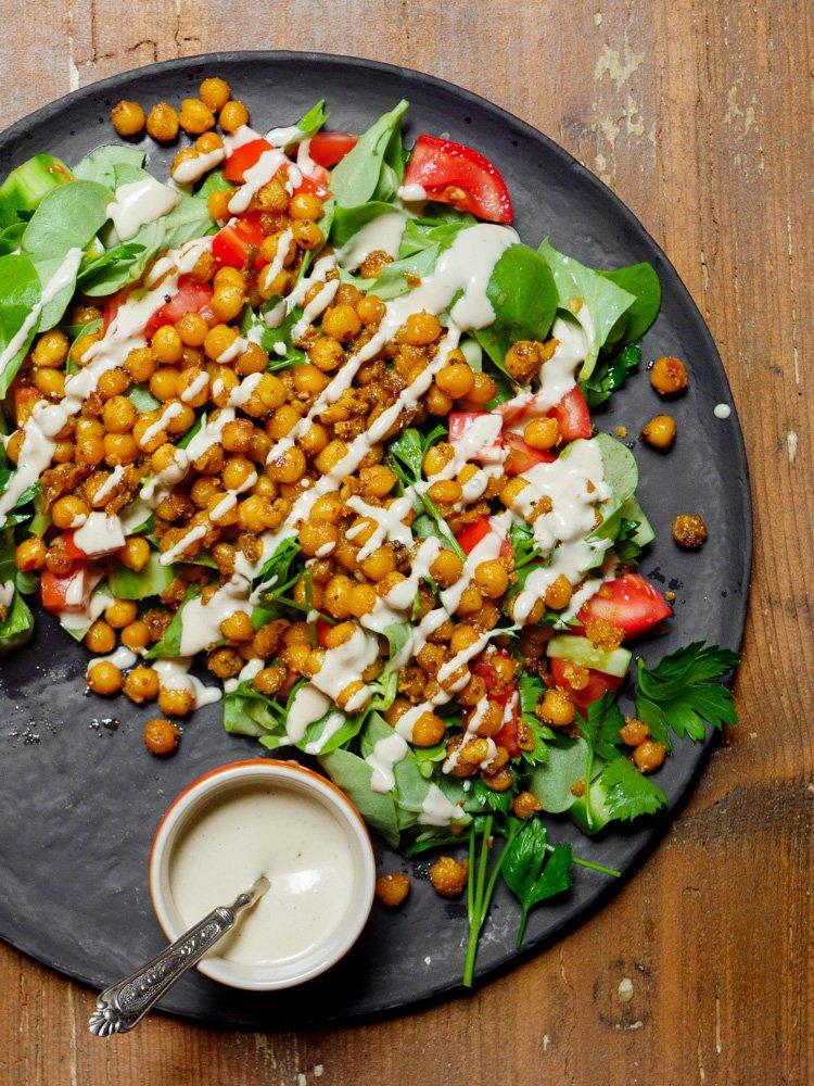 Sprø kikertsalat med tahinisaus