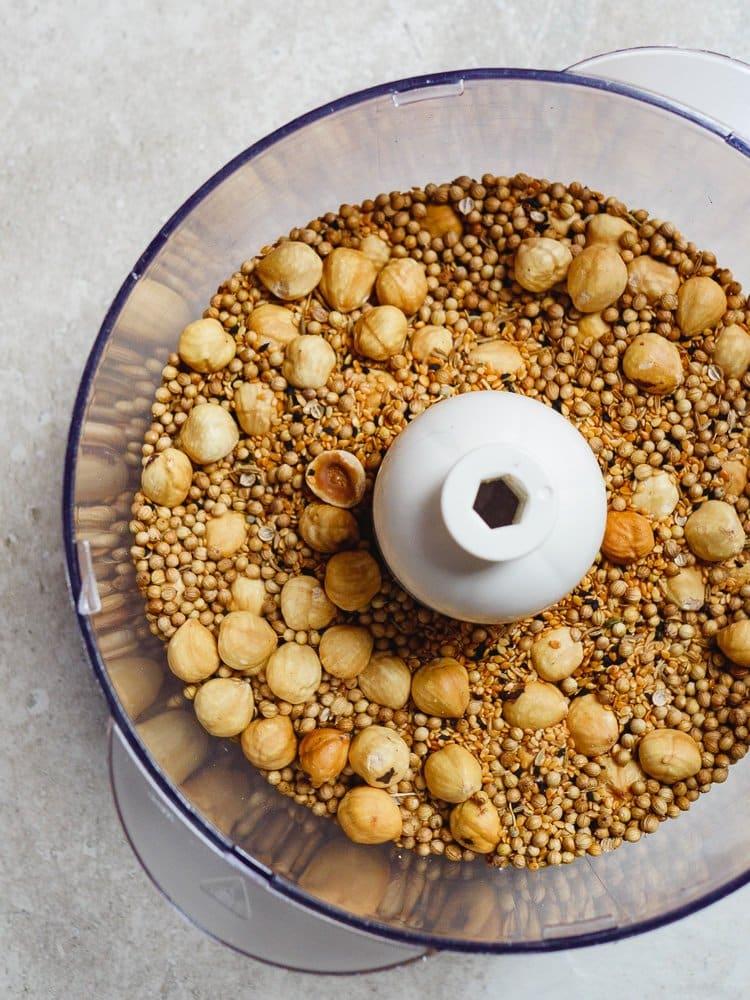 Dukkah - egyptisk krydderblanding med hasselnøtter - oppskrift fra Et kjøkken i Istanbul