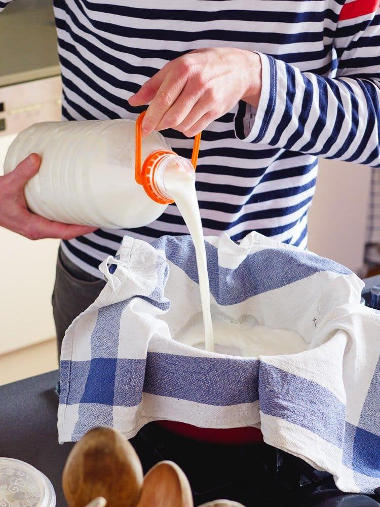 Siling av melk for å lage yoghurt