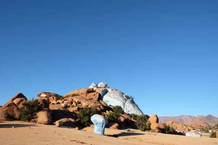 Painted Rocks Tafraoute Maroc ©Etpourtantelletourne.fr