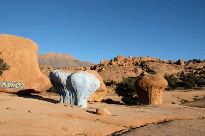 les rochers peints artiste Tafraoute Maroc ©Etpourtantelletourne.fr