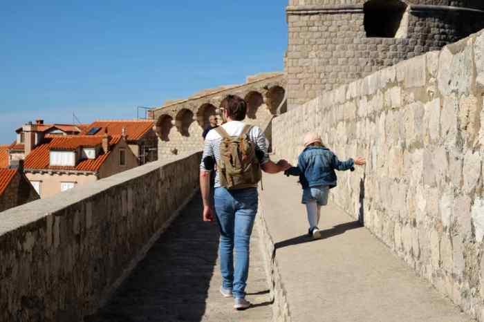 Tour des remparts de Dubrovnik avec des enfants ©Etpourtantelletourne.fr