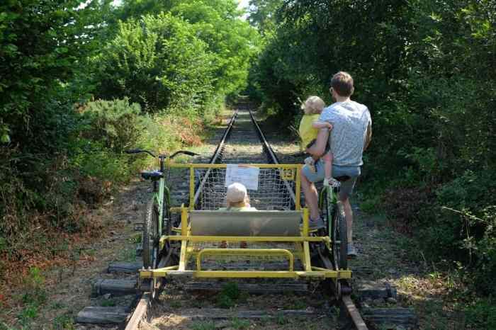 Le vélo-rail de Médréac en famille ©Etpourtantelletourne.fr