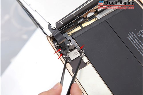 Connect the digitizer flex cable, LCD flex cable and home button flex cable to the mother board.