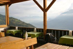 terrazza con piccione e vista sulla val d'adige