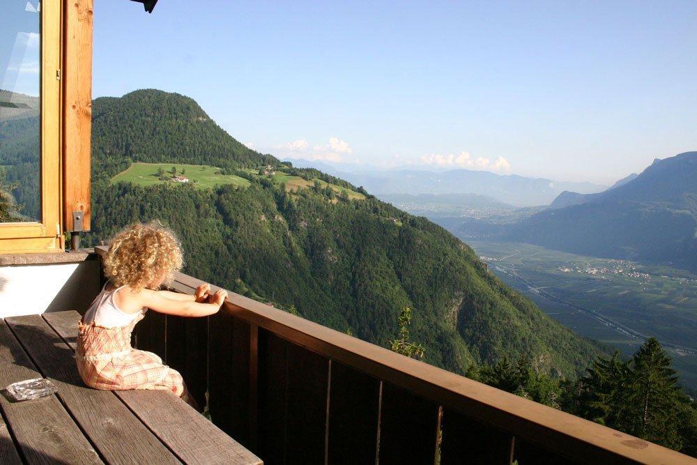 kind auf der terrasse genießt die aussicht aufs etschtal